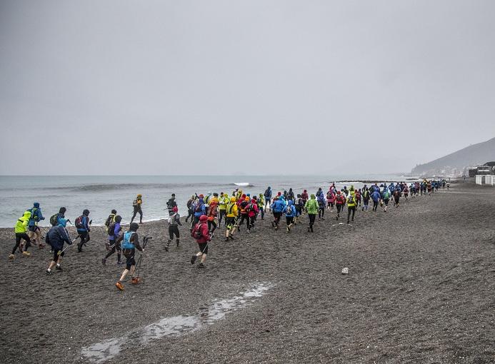 Maremontana Loano 2015 Partenza_spiaggia_49 Km photo credit Fabrizio Gresti
