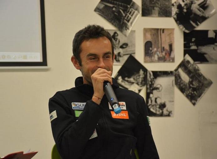 Il campione di corsa in montagna Alex Baldaccini (Gs Orobie) festeggiato e premiato durante la serata a lui dedicata a San Giovanni Bianco – ph. Gianni Gritti