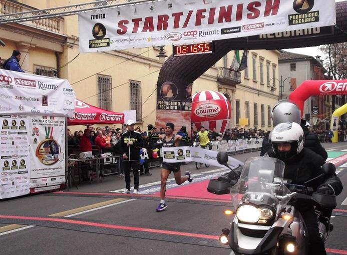 Il vincitore della Maratona di Reggio Emilia Jaouad Zain (Lbm Sport Team) in 2h16'56'