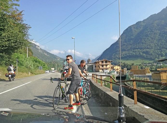 Il meccanico Stefano Casiraghi impegnato nella sostituzione di una bicicletta