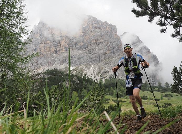 Alessandro Colombi (Gan Nembro) alla Dolomiti Extreme Trail 2016, nono classificato nella 53 km. Sullo sfondo il monte Pelmo.