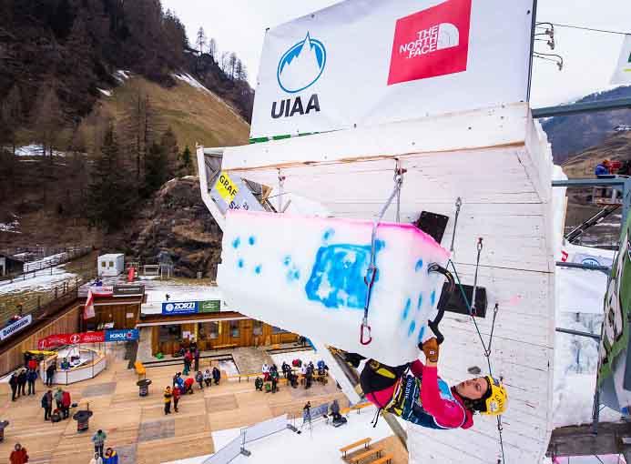 Rainer_Angelika_Aktion_Weltcup_Eisturm_Rabenstein_Corvara_arrampicata_ghiaccio