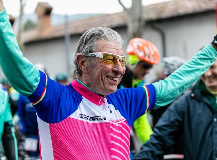 Felice Gimondi con la maglia rosa celebrativa della 21.sima Granfondo Internazionale Felice Gimondi Bianchi (Credits Marco Quaranta)