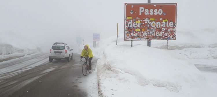 Paolo Parzani in cima al Passo del Tonale innevato con la bici da corsa
