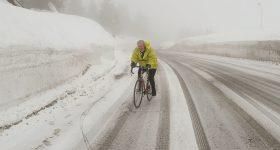 Paolo Parzani in bici da corsa sale il Tonale